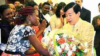 ウガンダ支部で歓迎を受ける大川総裁