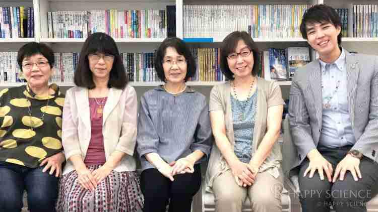 幸福の科学札幌東部南支部の皆さんと。「一緒に聖地に行った法友も、病気が回復へ向かいました。聖地の尊さを実感しています」