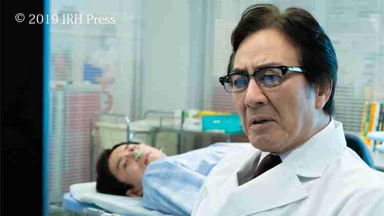 緊急搬送された真を診察 したベテラン医師。