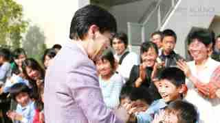子どもたちに笑顔で声をかける大川総裁