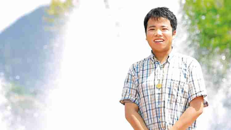 1991年、神奈川県生まれ。19歳の時に脳動静脈奇形による脳内出血を起こし、水頭症を発症。一時、障害者認定を受けるが奇跡的に完治し、2015年、HSUに入学。現在は小売店で働いている。