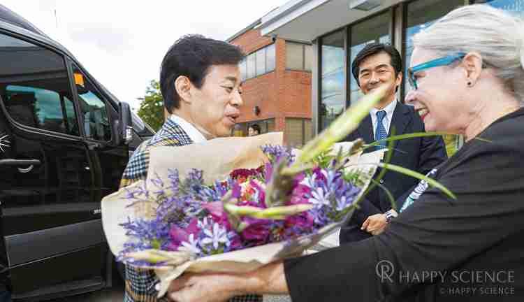 トロント支部を訪れた大川総裁に、花束を渡すドナさん。